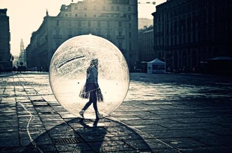 Chica caminando en una burbuja